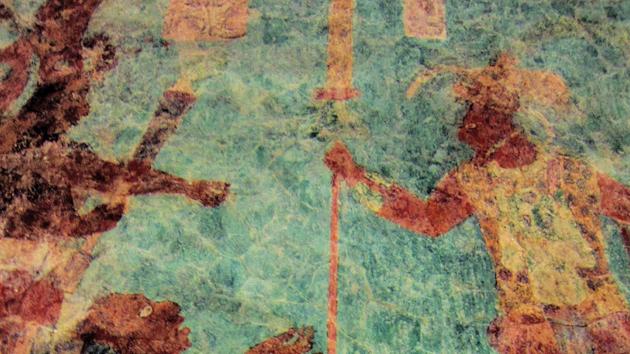 Cuarto 2. Este cuarto muestra la batalla más grande en el arte maya. Por lo menos 100 figuras aparecían originalmente en este mural. El Rey Chan Muwan aparece en la parte superior derecha de esta escena, su postura rígida reflejada por otro guerrero victorioso en la parte superior izquierda. &nbsp;<span class='italic'>Crédito de imagen:&nbsp;Isabel Hawkins</span>