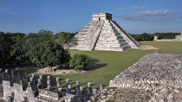 """La plaza de Chichén Itzá con el Templo de <a href='#' class='glossary-tip' title=""""La serpiente emplumada de la mitología maya."""">Kukulkán</a>. La pirámide tiene 91 escalones en cada una de sus cuatro escalinatas. El número total de los escalones más la parte más alta del templo suman a 365, los días del año.&nbsp;<span class='italic'>Crédito de imagen:&nbsp;Ideum/UC Regents</span>"""