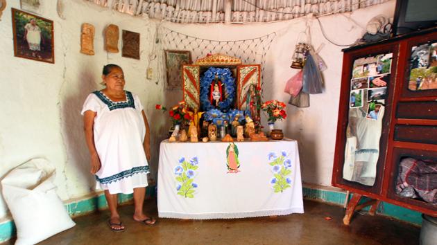 Un altar familiar tradicional maya, donde estatuas de cerámica de antepasados mayas se exhiben junto con íconos católicos. El máiz se encuentra por todas partes de la casa. &nbsp;<span class='italic'>Crédito de imagen:&nbsp;José Huchim Herrera</span>