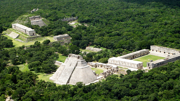 """Vista aérea de Uxmal. El nombre de la ciudad significa """"Construida tres veces"""" o """"Tierra próspera"""" en maya yucateco. La parte central de la antigua ciudad es un complejo de pirámides, cuadrángulos, plazas, estructuras palaciales y un juego de pelota. Uxmal fue construida durante varios cientos de años en el período de su mayor prosperidad comenzando en el año 700 d.C.&nbsp;<span class='italic'>Crédito de imagen:&nbsp;José Huchim Herrera</span>"""