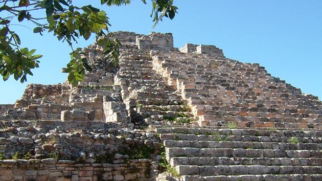 """Una pirámide en el yacimiento arqueológico de Oxkintok en la región <a href='#' class='glossary-tip' title=""""Significa """"montaña"""" en maya yucateco; una región al noroeste de la península de Yucatán. Un estilo arquitectónico caracterizado por una fina ornamentación."""">Puuc</a>. Esta ciudad, también conocida como Tzat Tun Tzat (el laberinto), tiene <a href='#' class='glossary-tip' title=""""El elemento fundamental de la escritura de los antiguos mayas."""">jeroglíficos</a> con fechas de calendario que van desde el 475 al 859 d.C.&nbsp;<span class='italic'>Crédito de imagen:&nbsp;Isabel Hawkins</span>"""