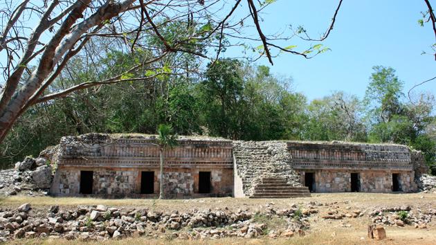 """Chacmultún, un yacimiento arqueológico en el área de <a href='#' class='glossary-tip' title=""""Significa """"montaña"""" en maya yucateco; una región al noroeste de la península de Yucatán. Un estilo arquitectónico caracterizado por una fina ornamentación."""">Puuc</a>, significa """"Montículo de piedra roja"""" en <a href='#' class='glossary-tip' title=""""Uno de los idiomas mayas, hablado en la península de Yucatán, y con variantes que se hablan en partes de Chiapas y Guatemala. """">maya yucateco</a>. En este yacimiento, los arqueólogos encontraron varias conchas esculpidas con símbolos del calendario maya. &nbsp;<span class='italic'>Crédito de imagen:&nbsp;Julián Cruz Cortés</span>"""