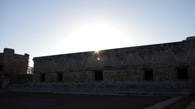 """En el día del <a href='#' class='glossary-tip' title=""""En latitudes tropicales, es el movimiento aparente del Sol cuando pasa por el punto directamente arriba del observador dos veces al año."""">paso cenital</a> del Sol, el Sol sale en alineación con el centro del muro este del Cuadrángulo de las Monjas. Observaciones cuidadosas y precisas del paso cenital del Sol le permitieron a los antiguos mayas calcular la duración del <a href='#' class='glossary-tip' title=""""Es el tiempo que tarda el Sol para volver a la misma posición en el ciclo de las estaciones, observado desde la Tierra, o 365.242 días."""">año solar</a>.&nbsp;<span class='italic'>Crédito de imagen:&nbsp;Bryan Méndez</span>"""