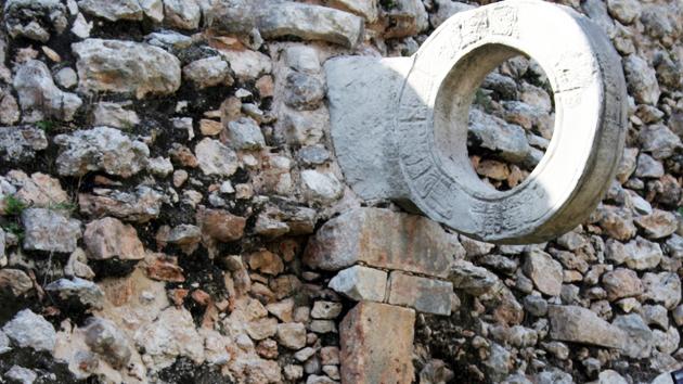 """Equipos de hombres jugaban al juego de pelota mesoamericano usando bandas protectoras alrededor de su cintura y caderas – el lugar de impacto para la densa pelota de caucho. El aro del juego de pelota en Uxmal tiene <a href='#' class='glossary-tip' title=""""El elemento fundamental de la escritura de los antiguos mayas."""">jeroglíficos</a> con fechas de calendario que datan del año 649 d.C. Se sabe que este juego de pelota se usó por 260 años. &nbsp;<span class='italic'>Crédito de imagen:&nbsp;Ideum/UC Regents</span>"""