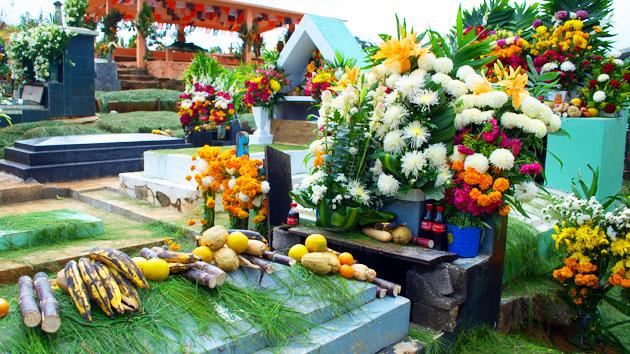 """Decoraciones en el cementerio durante la celebración del <a href='#' class='glossary-tip' title=""""Una festividad importante con significado católico y prehispánico que se celebra el 1 y 2 de noviembre en Mesoamérica en conexión a los ancestros."""">Día de los Muertos</a>. Las celebraciones del Día de los Muertos tiene conexiones astronómicas.&nbsp;<span class='italic'>Crédito de imagen:&nbsp;Elin Sahlin</span>"""