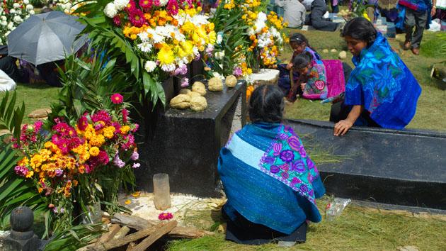 Cuidando las tumbas de la familia.&nbsp;<span class='italic'>Crédito de imagen:&nbsp;Elin Sahlin</span>