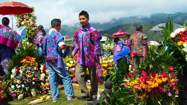 Hombres ataviados con vestimenta tradicional, lo que es poco visto en el mundo maya de hoy, señala la continuidad de la identidad tradicional.&nbsp;<span class='italic'>Crédito de imagen:&nbsp;Elin Sahlin</span>